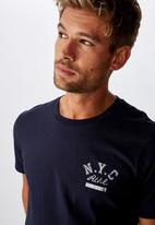 Cotton On - N.Y.C athl chest Tbar cny T-shirt - navy