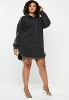 Missguided - Curve oversized fray hem denim dress - black