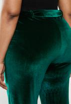 Missguided - Plus velvet belted straight leg trouser - green