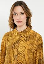 Missguided - Oversized shirt dress snake - yellow
