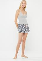 Cotton On - Jersey bed shorts - white & navy