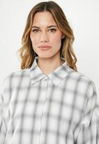 Missguided - Oversized check shirt and cami dress - white & grey