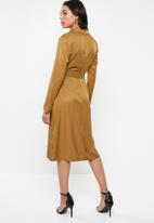 Missguided - Plunge belted slit front midi dress - brown