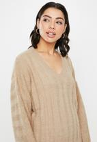 Missguided - Fluffy v-neck jumper - beige