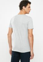 GUESS - Guess tape triangle tee - grey