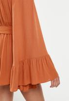 Missguided - Petite flared sleeve playsuit - rust
