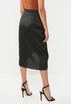 Missguided - Petite wrapover print satin slip skirt - black