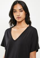 Missguided - Petite wide V-neck T-shirt dress - black