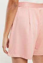 Missguided - Petite belted shorts - pink