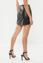 Missguided - Petite black faux leather mini skirt - black