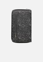 Typo - Rfid odyssey travel compendium - black & white