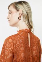 Vero Moda - Ginny long sleeve highneck lace blouse - cinnamon