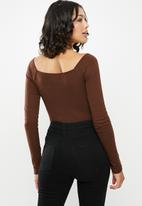 Missguided - Square neck rib long sleeve bodysuit - brown