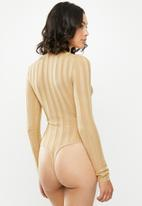 Missguided - Extreme rib high neck knitted bodysuit - beige