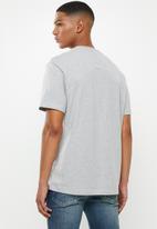 Tommy Hilfiger - Tjm essential 3d logo tee - grey