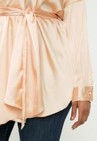 Missguided - Plus oversized plunge tie waist blouse - champagne