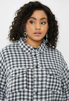 Missguided - Curve oversized micro check shirt - white & black