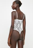 Missguided - Petite lace pipe detail bodysuit - white