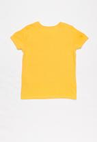 GUESS - Short sleeve Guess triangle tee - yellow