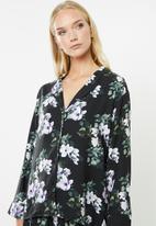 Superbalist - Sleep shirt  & shorts set - black based magnolia