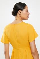Glamorous - Deep-V tie front midi - mustard