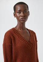 Superbalist - Slouchy v-neck pullover - rust