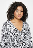 Missguided - Plus button through long sleeve smock dalmatian - white & black