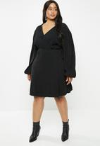 Glamorous - Plus plisse wrap with volume sleeve - black