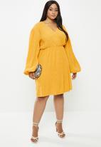 Glamorous - Plus plisse wrap with volume sleeve - yellow