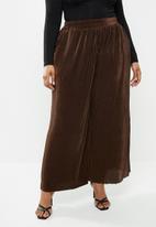 Glamorous - Plus plisse wide leg trouser - brown