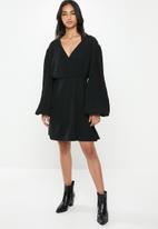 Glamorous - Petite plisse wrap with volume sleeve - black