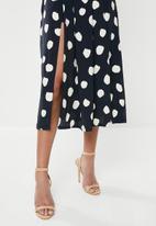 Glamorous - Petite messy spot skirt - navy & cream