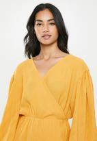 Glamorous - Petite plisse wrap with volume sleeve - yellow