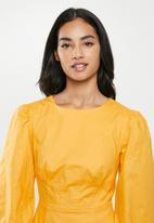 Glamorous - Petite drop waist long sleeve - yellow