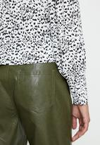 Glamorous - Petite mono leopard v-neck blouse - black & white