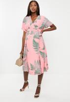Glamorous - Maternity palm fern midi dress - pink & green