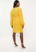 Glamorous - Maternity plisse wrap with volume sleeve - yellow