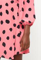 Glamorous - Maternity messy spot volume sleeve tunic - pink & black