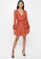 Glamorous - Petite mini spot wrap dress - orange & black