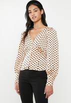 Glamorous - Petite V-neck spot blouse- peach & black