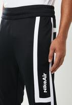 Nike - Nike sportswear pants - black & white