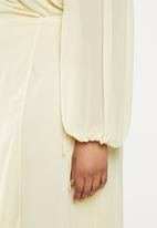 Glamorous - Plus long sleeve fit & flare - yellow
