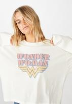 Cotton On - Relaxed fit graphic long sleeve wonder woman logo - gardenia