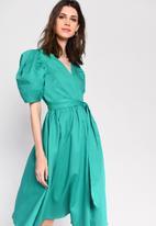 Glamorous - Full skirt wrap dress with puff sleeve - green