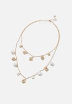 Rubi - Pearl and hammered disc treasures necklace  - gold & white