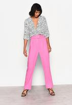 Glamorous - Petite high waisted belted crop trouser - pink