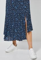 Superbalist - Asymmetric pleated midi skirt - black & blue
