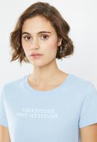 Cotton On - Cara graphic crop T-shirt no bad days - blue