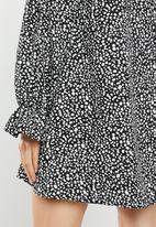 Missguided - Frill cuff shirt dress dalmatian - black