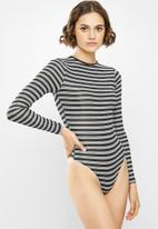 Missguided - Ribbed striped crew neck long sleeve bodysuit - black & white
